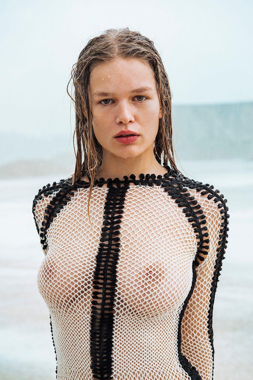 Anna Ewers hot