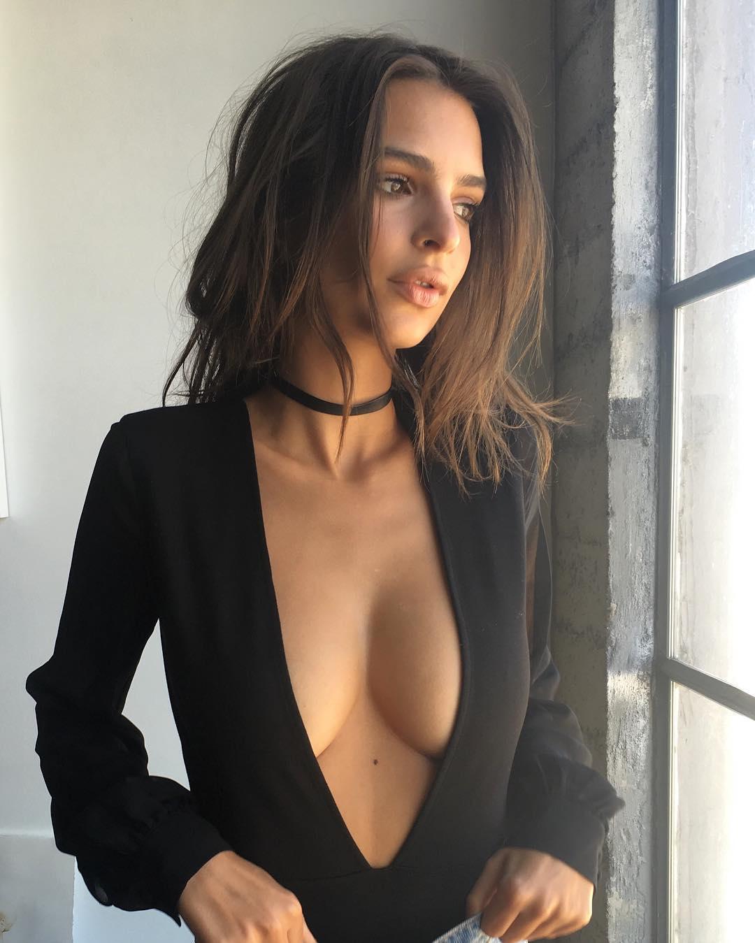 Emily Ratajkowski sexy pic