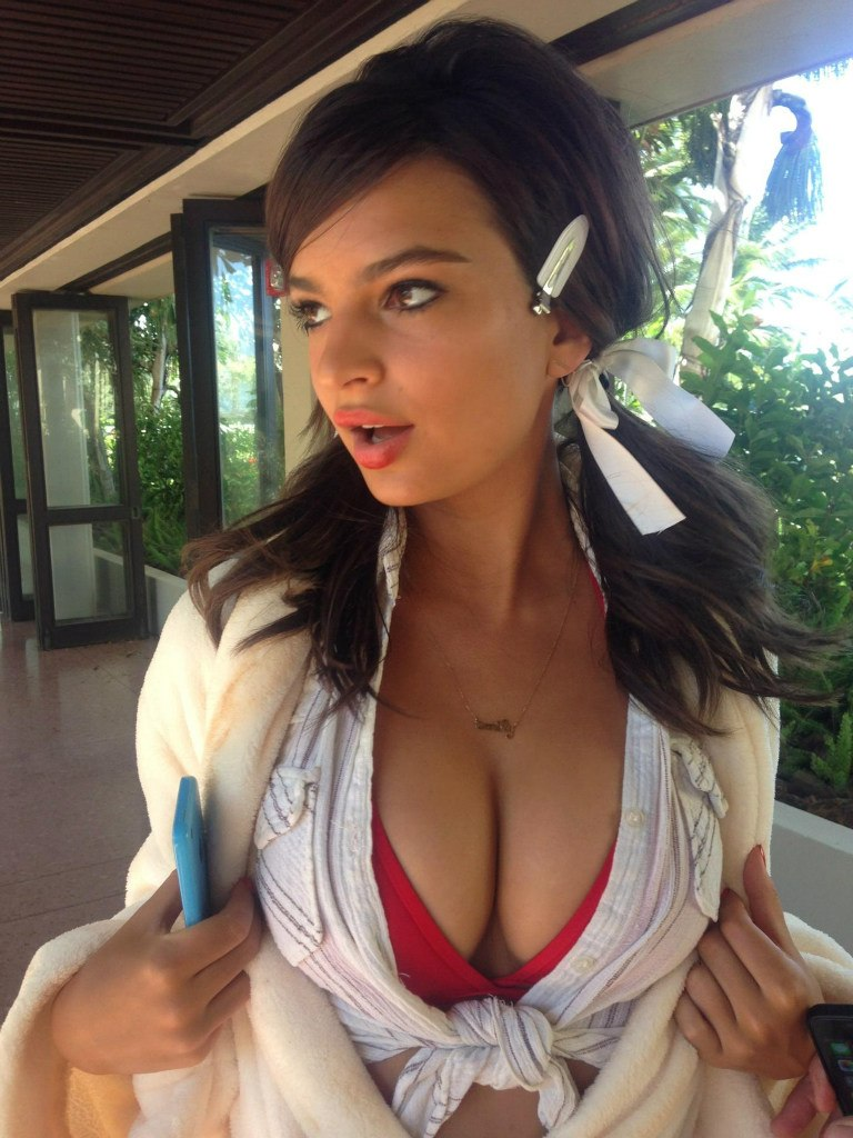 Emily Ratajkowski nipples exposed