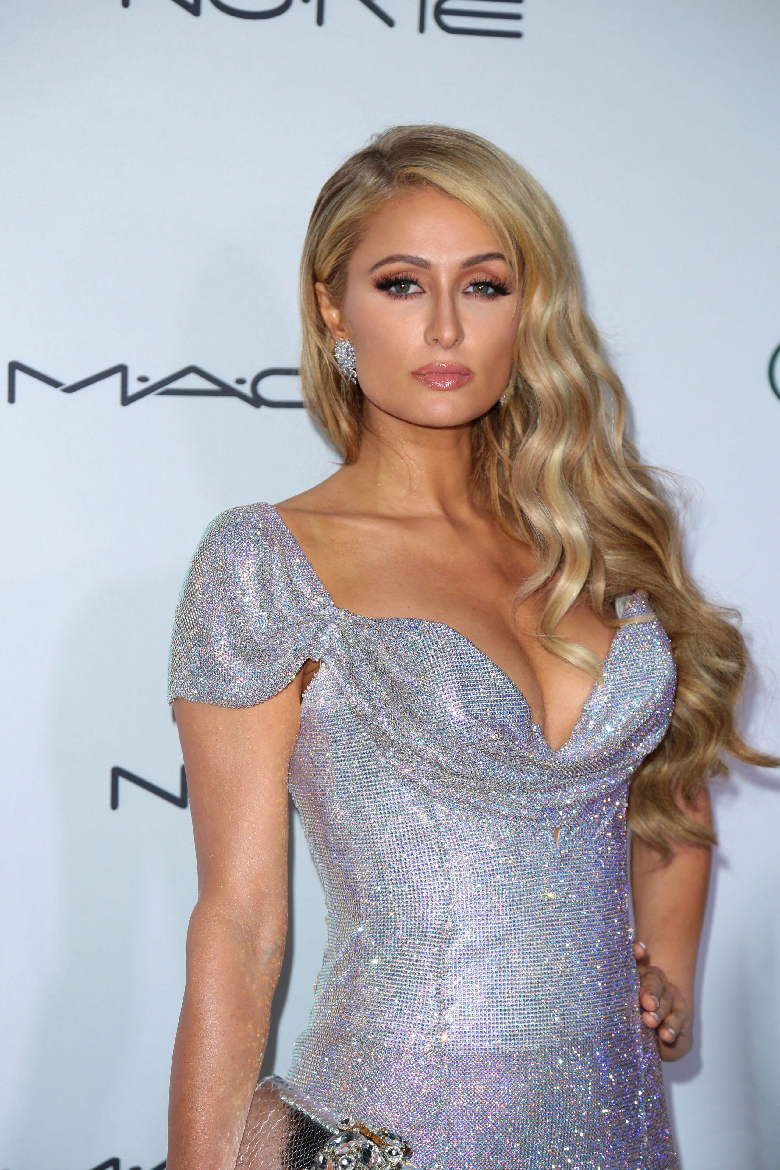 Paris Hilton pussy showing