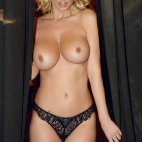 Model pussy showing