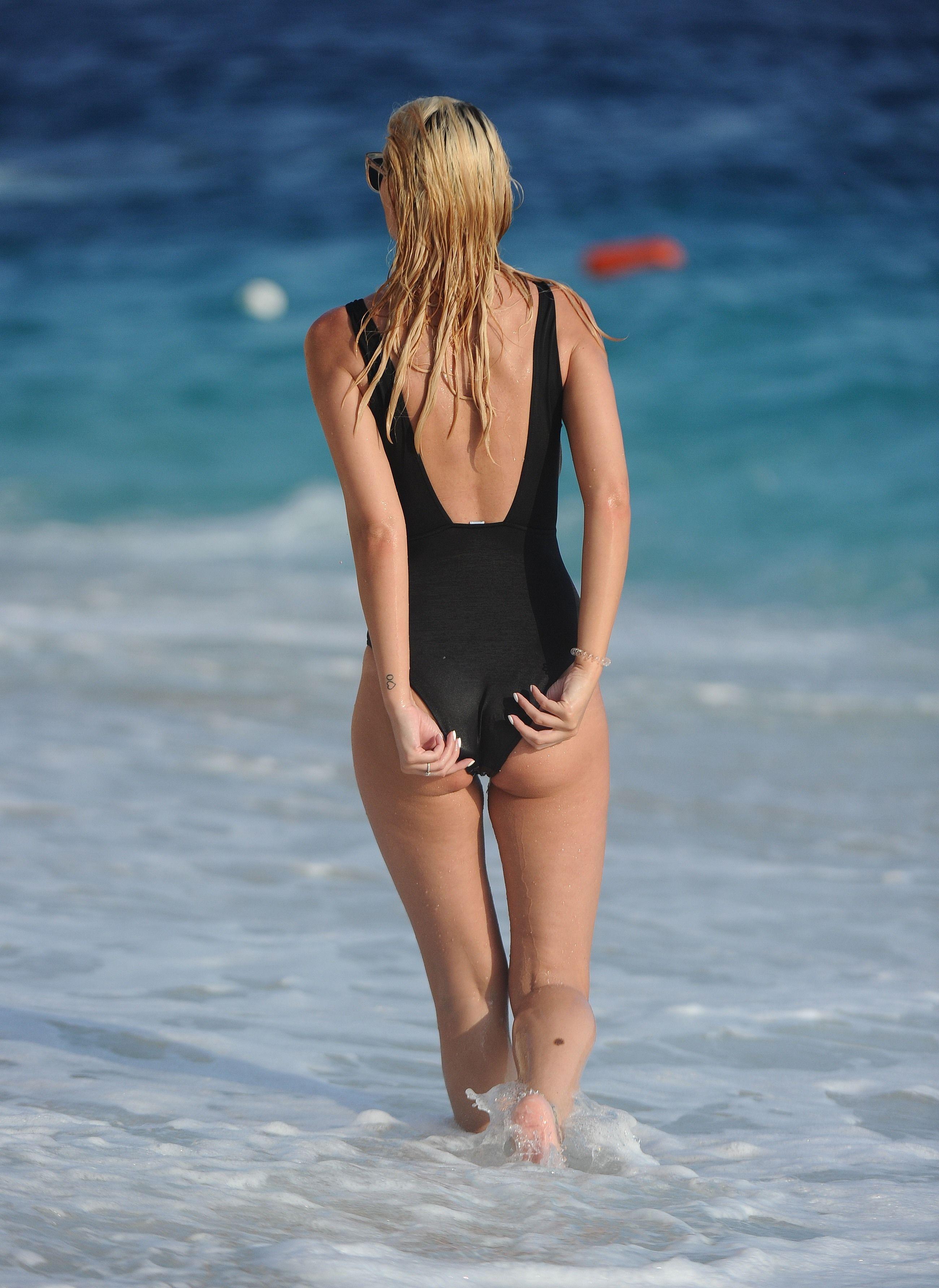 Model naked