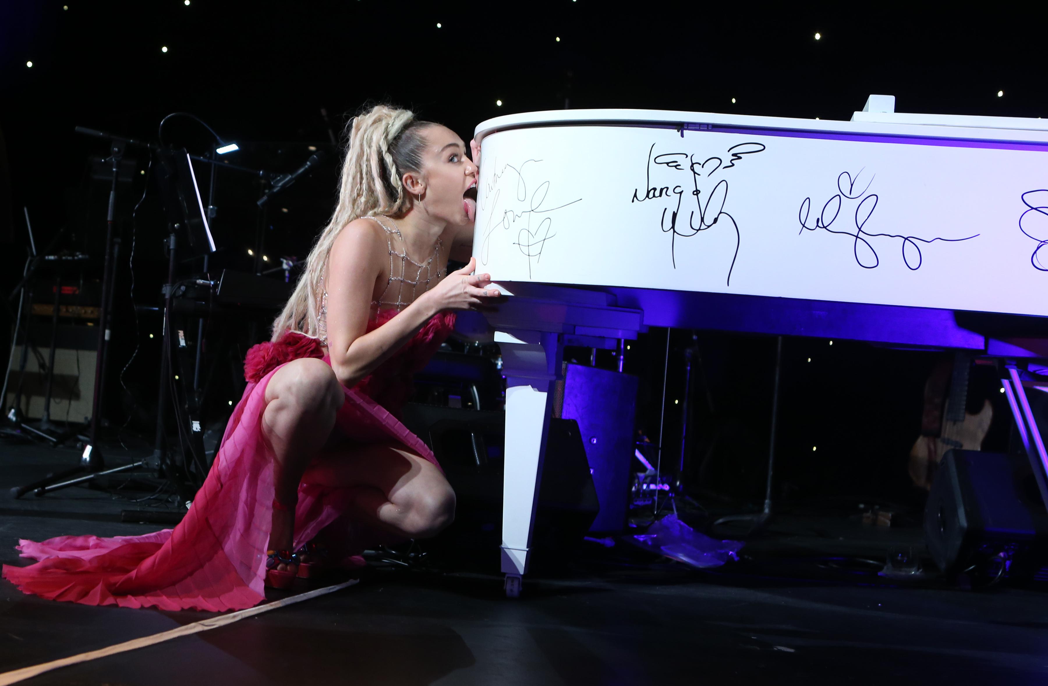 Miley Cyrus hot boobs